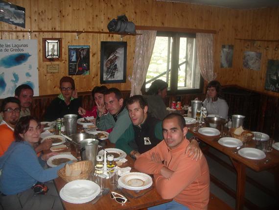 Comedor con contañeros Refugio Elola