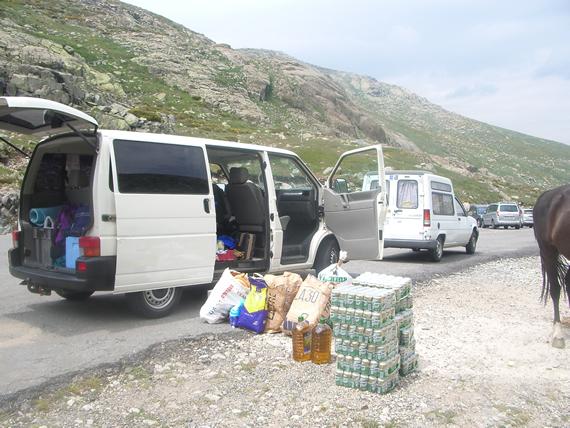 Furgonetas con provisiones para el refugio Elola